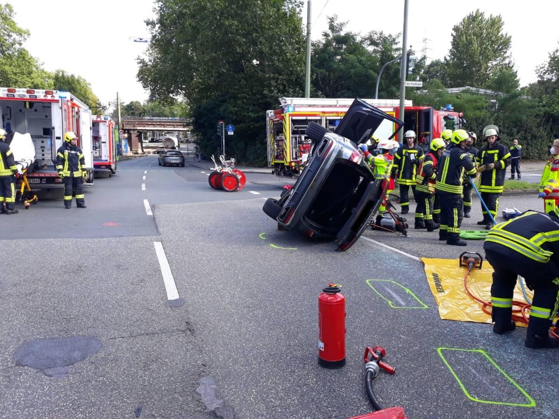 Der eine Unfall-Pkw blieb auf der Beifahrerseite liegen.