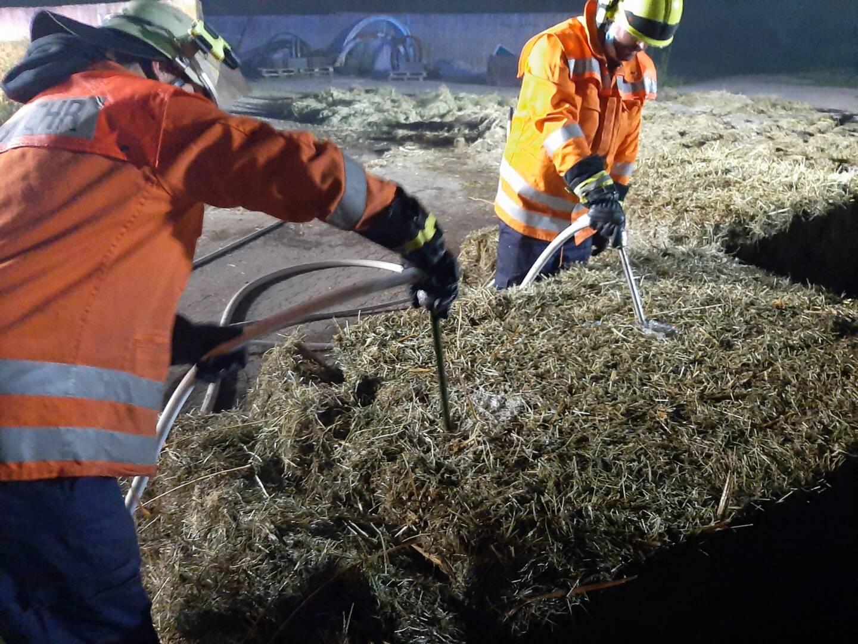 Die Feuerwehr bei den Löscharbeiten an Heuballen