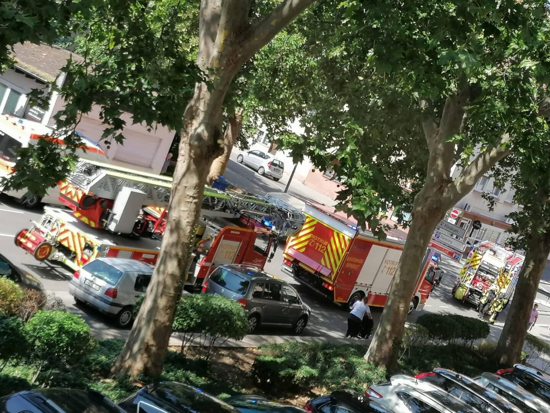 Feuerwehr vor dem Polizeigebäude aufgrund Falschmeldung