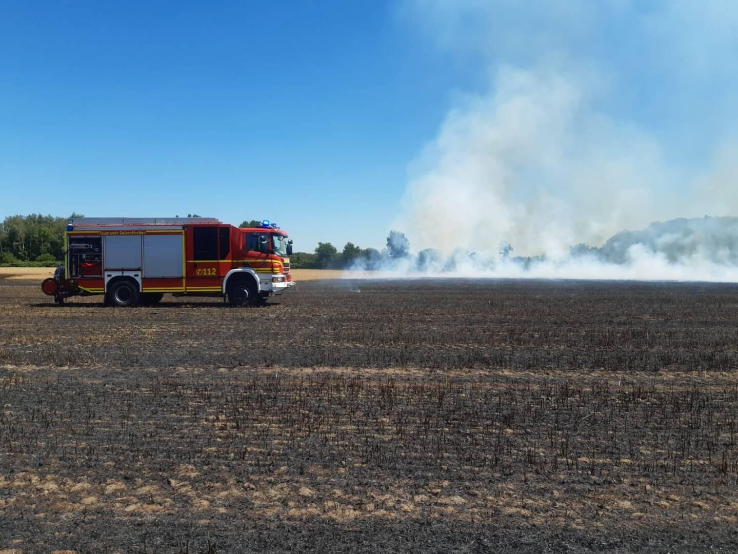 Die Kräfte der Berufs- und Freiwilligen Feuerwehr konnten die Flammen am Stoppelfeld nach einer guten Stunde unter Kontrolle bringen.