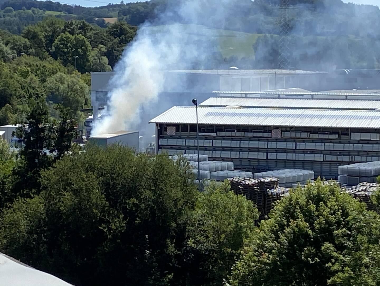Die Rauchsäule war schon auf der Anfahrt zu sehen, woraufhin umgehend weitere Kräfte zur Einsatzstelle alarmiert wurden