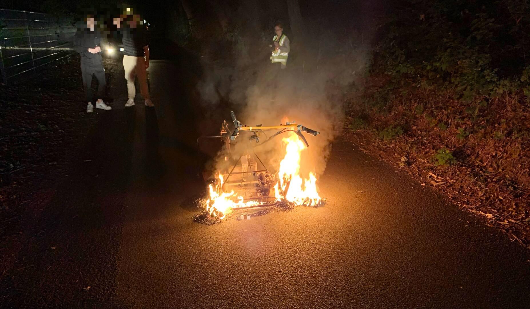Wiesenmäher brennt auf Straße