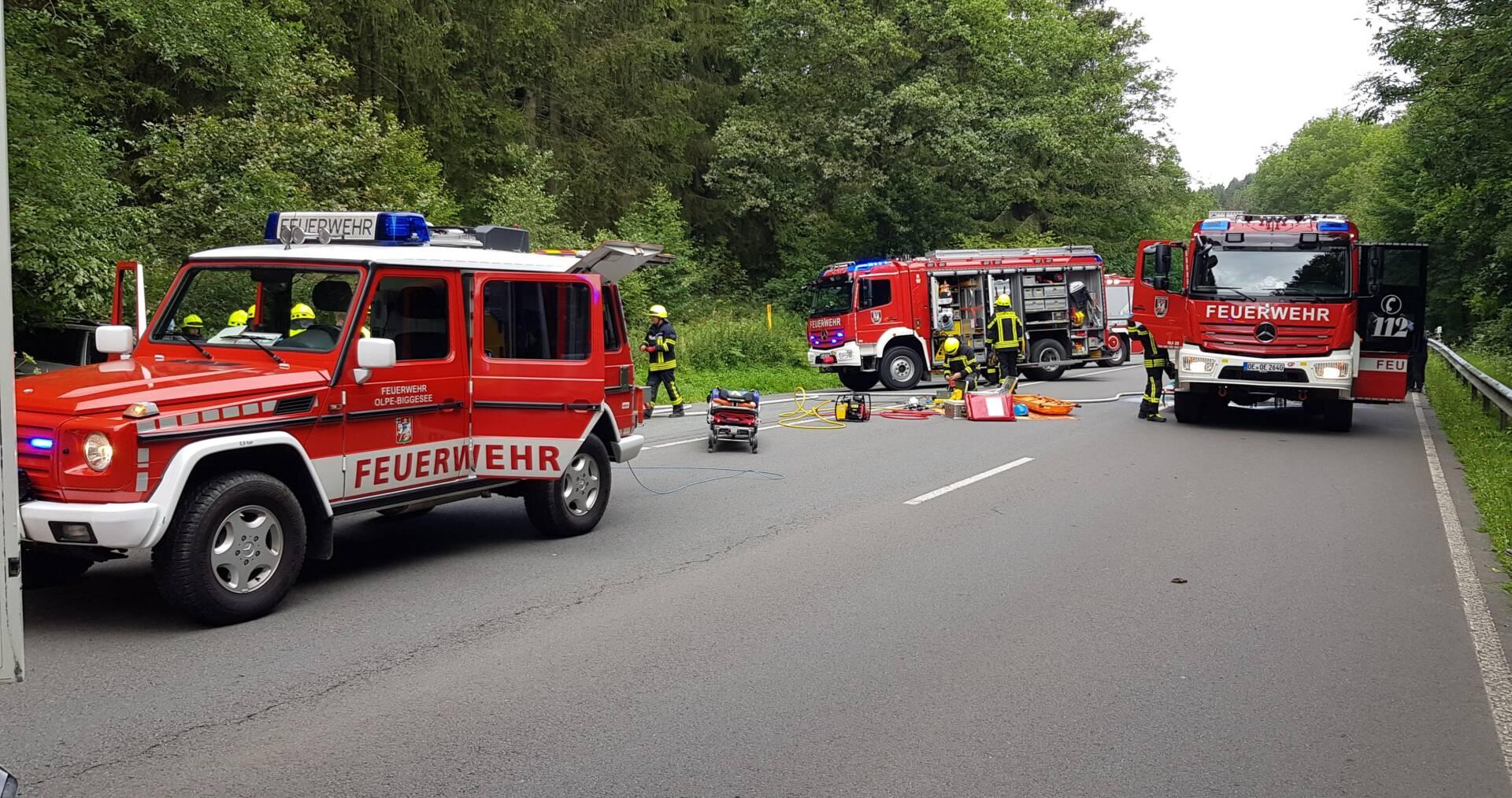 Feuerwehr an der Einsatzstelle beim Verkehrsunfall