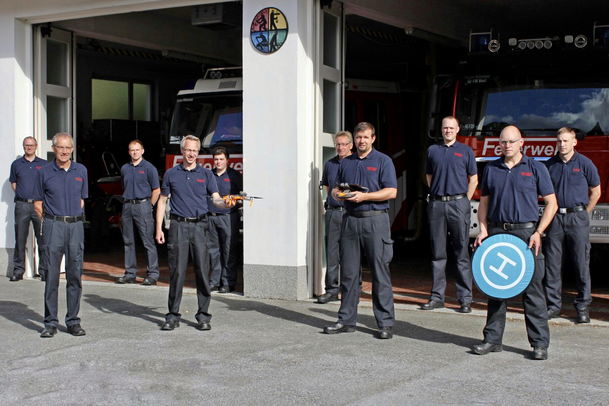 Feuerwehrmänner mit Drohne