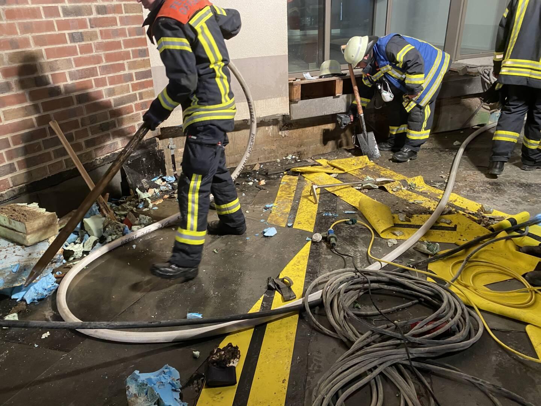 Feuerwehrmann auf Baustelle