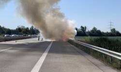 PKW brennt - Keine Rettungsgasse