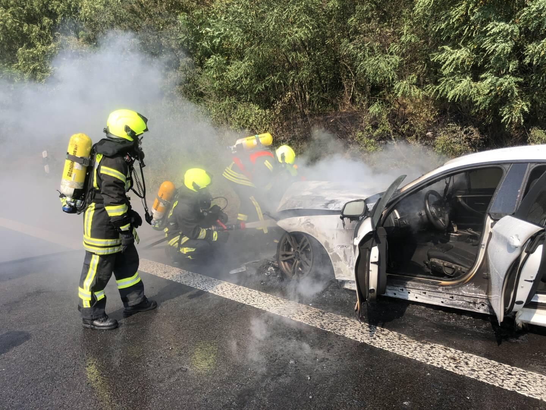 PKW brennt auf Autobahn