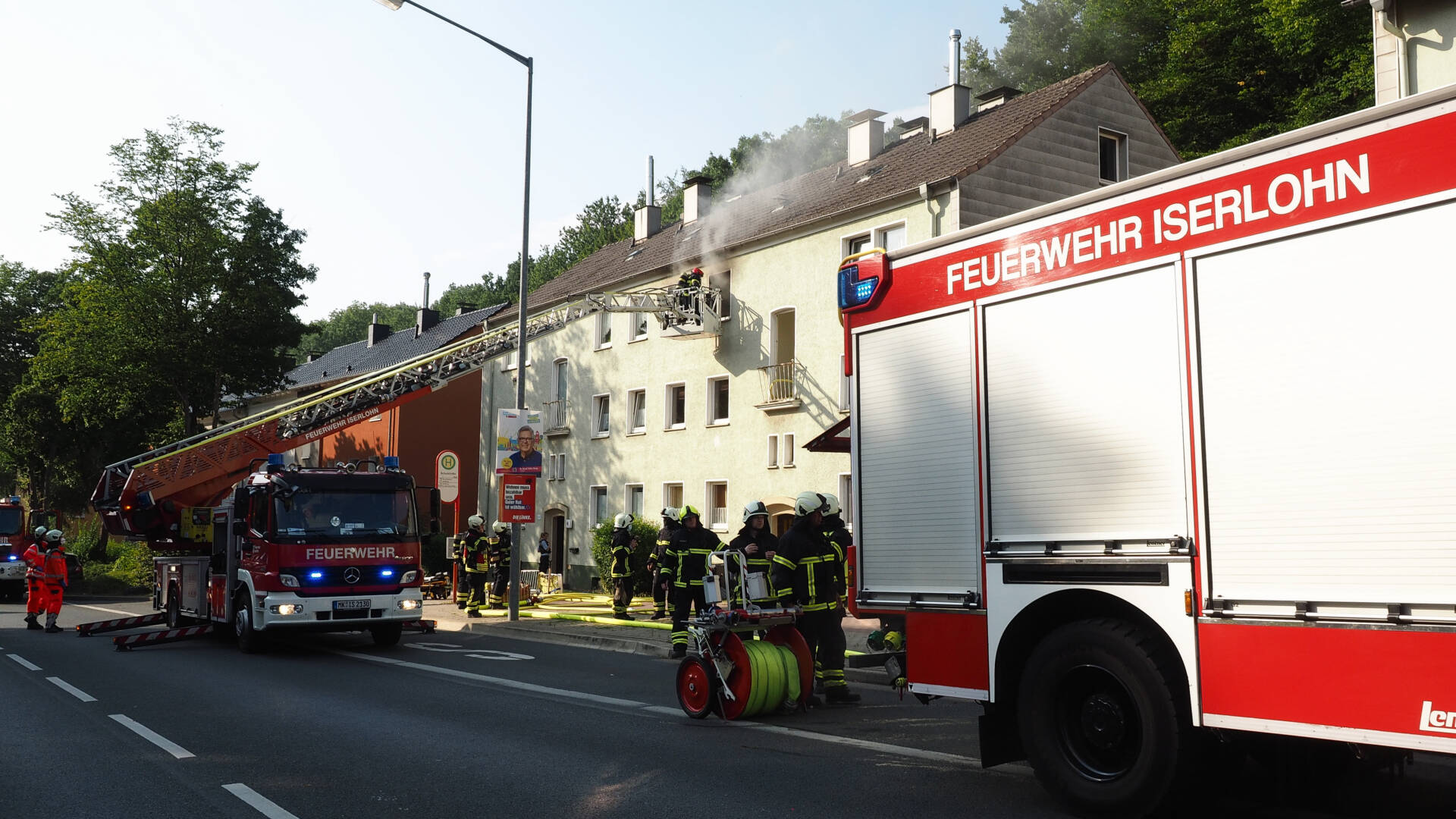 Mehrfamilienhaus brennt