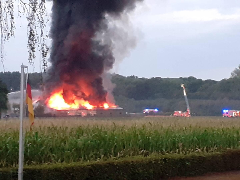 Lagerhalle brennt in Kaarst