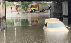 Taxi nach Regen im Wasser