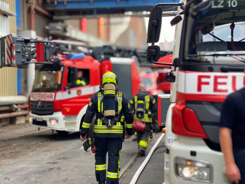 Brand einer Halle in Neuss