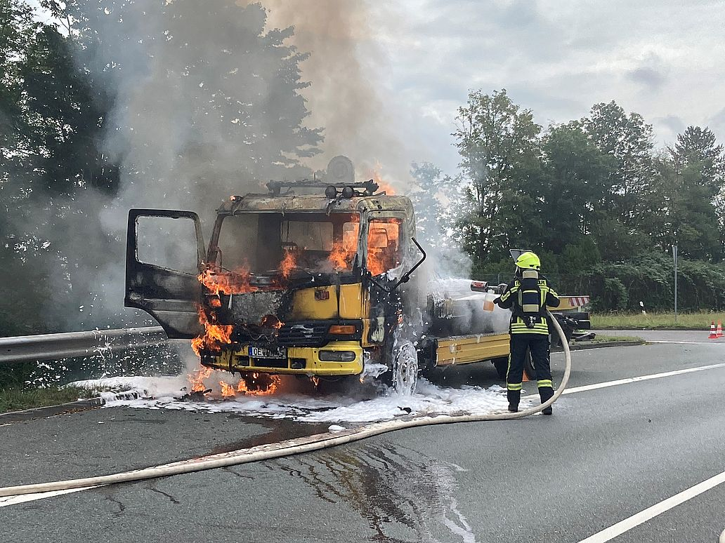 Brennendes Abschleppfahrzeug