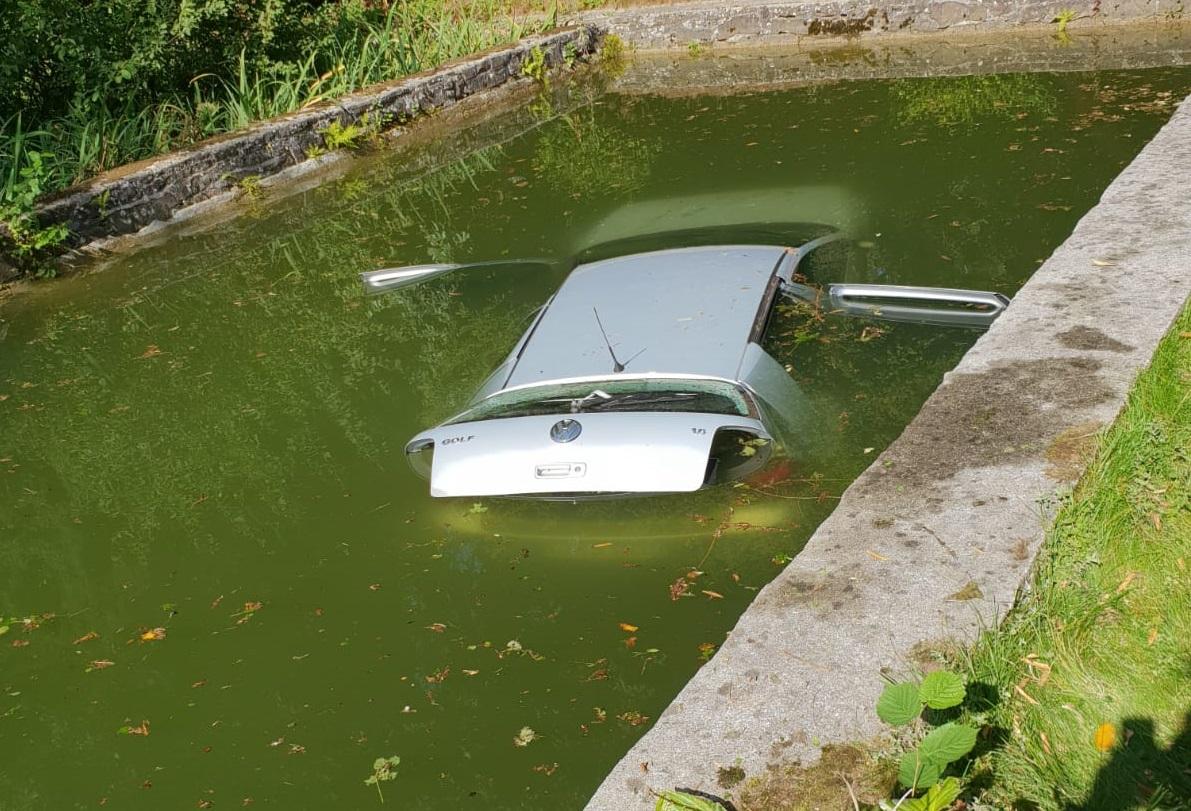 PKW fährt in Teich