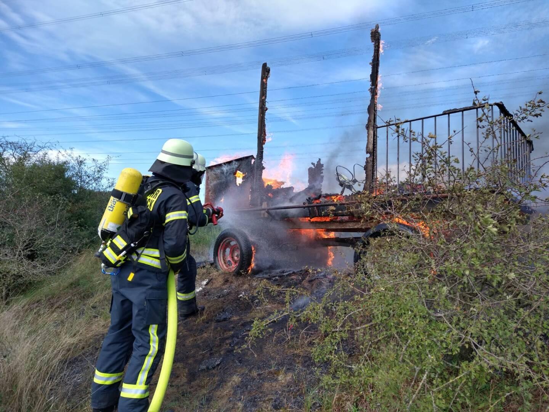 Schon bei Ankunft in Schermbeck brannte der gesamte Hänger.